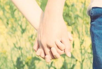 婚活をしている男女が初めて手をつなぐ時に失敗しない方法