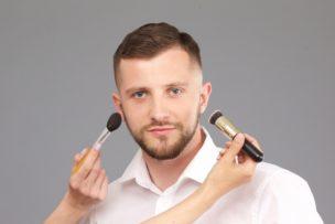 男性もメイクする時代?シャネルが男性化粧品を発売。