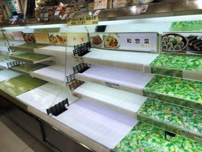台風前のスーパーの風景