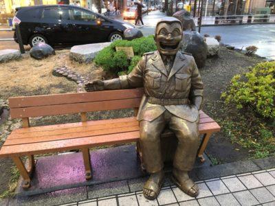 こち亀両さんのベンチの像