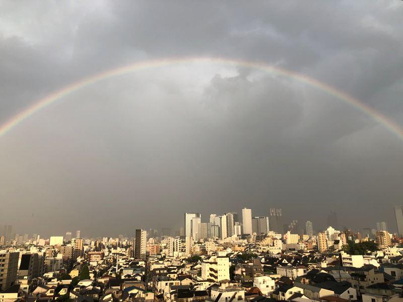 雨上がりの空に大きな虹が。心も晴れ渡りますように。