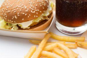 ハンバーガーの握り方のクセがすごい!【マックのCM】